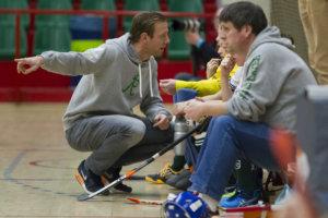 Zo zien we het graag. Een coach die rustig de tijd neemt om iets uit te leggen aan een jeugdspeler in plaats van schreeuwend langs de kant. (c) KNHB