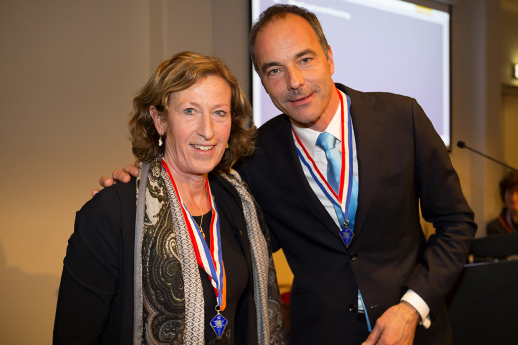 Marjolein Bolhuis-Eijsvogel met bondsvoorzitter Erik Cornelissen. Foto: Willem Vernes/KNHB