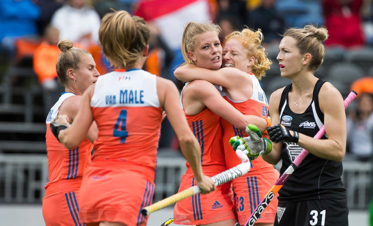 Caia van Maasakker maakt de gelijkmaker (1-1) tegen Nieuw-Zeeland in de halve finale van de HWL 3 in Brussel.