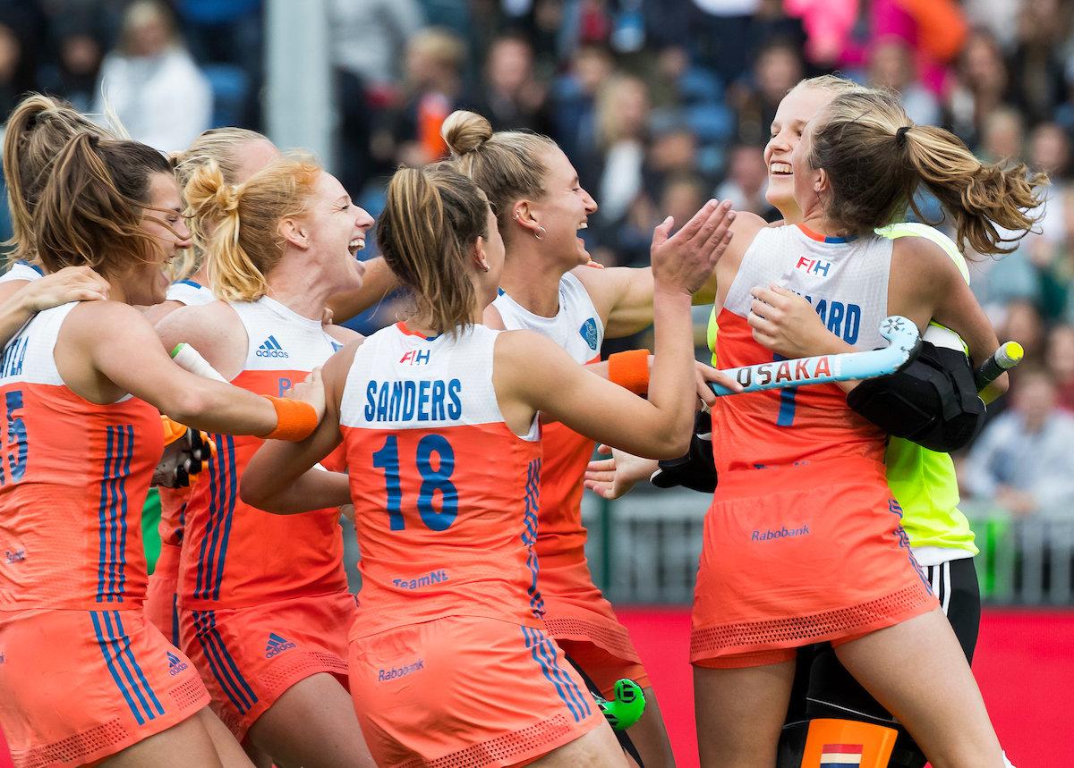 Oranje Dames vieren feest nadat Ella Gunson van Nieuw-Zeeland mist en Oranje de finale van de HWL 3 in Brussel bereikt. Foto: Koen Suyk