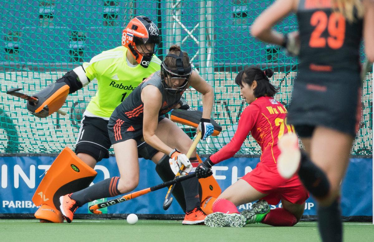 Marloes Keetels stopt de Chinese strafcorner op de doellijn - Finale HWL 3 Brussel Foto: Koen Suyk