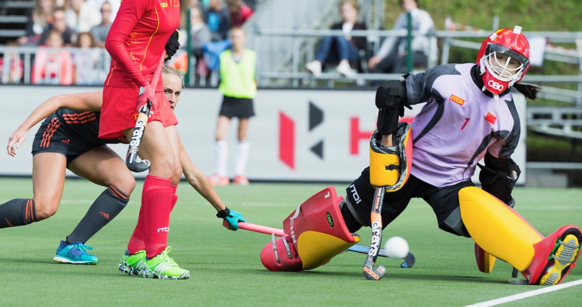 De Chinese doelvrouw houdt haar ploeg op de been - Finale HWL 3 Brussel - Foto: Koen Suyk
