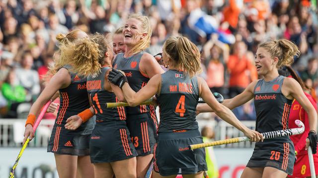 BRUSSEL - Caia van Maasakker (Ned) heeft de stand op 1-0 gebracht tijdens de finale Nederland-China bij de halve finale ronde Hockey World League (dames) . rechts Laura Nunnink (Ned) ANP KOEN SUYK