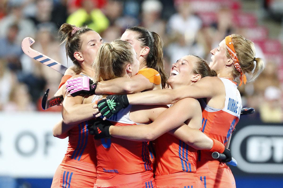 Nederland viert de 2-0 van Laurien Leurink - Foto: Koen Suyk