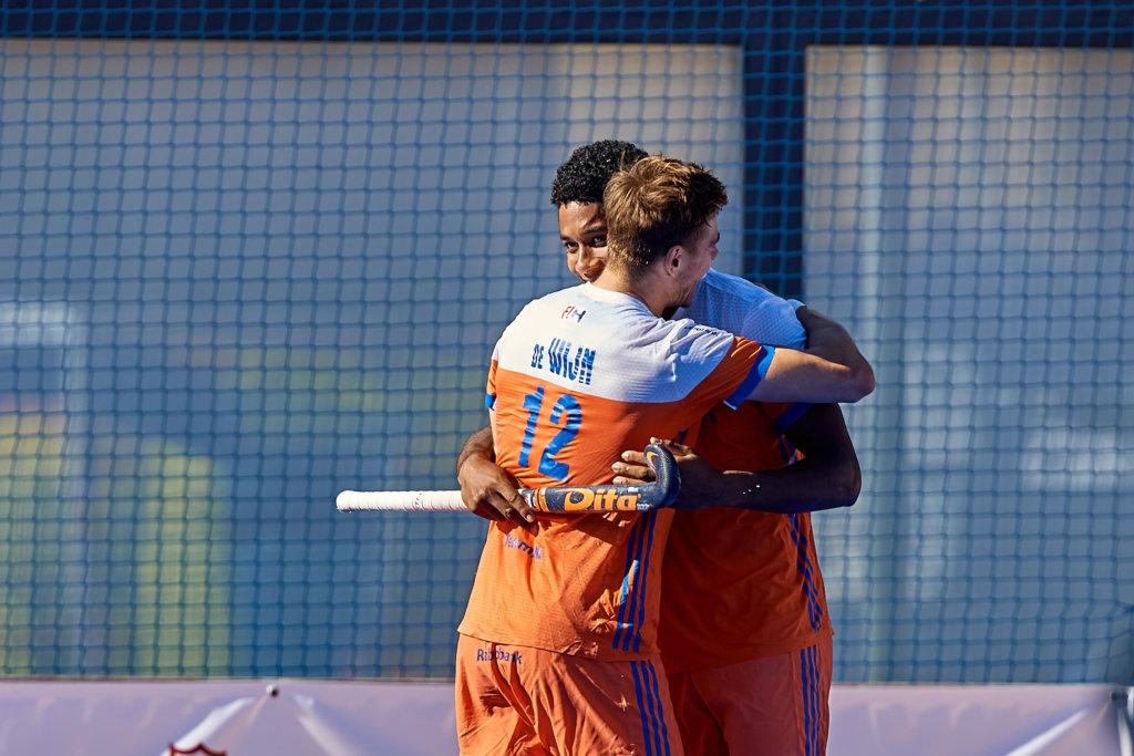 VALENCIA, SPAIN - 3 NOVEMBER - Sander de Wijn feliciteert Terrance Pieters met zijn goal (Foto: David Aliaga/Get Ready Images)