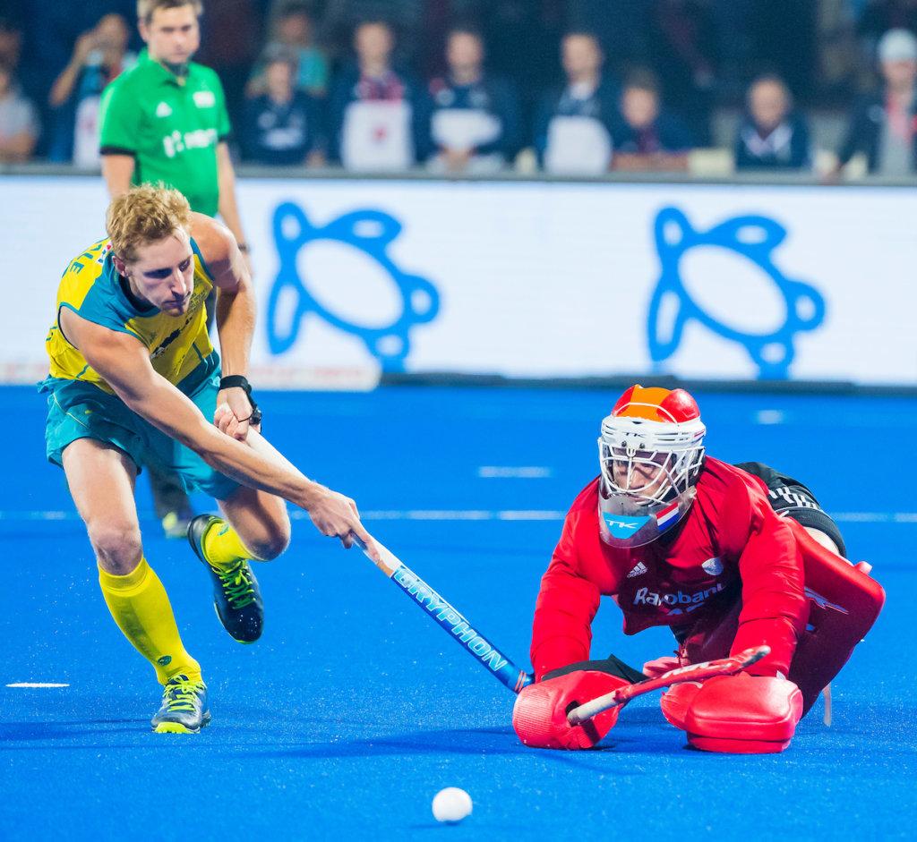 BHUBANESWAR, INDIA - keeper Pirmin Blaak (Ned) stopt de beslissende shoot out van Aran Zalewski (Aus) tijdens de halve finale tussen Nederland en Australie (2-2) bij het WK Hockey heren in het Kalinga Stadion. COPYRIGHT KOEN SUYK