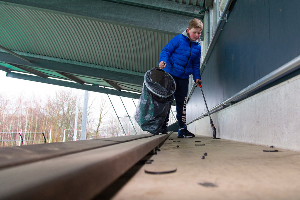 Het stadion van HC Rotterdam wordt vakkundig schoongemaakt