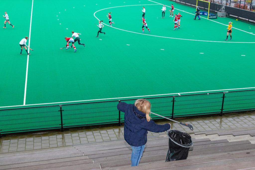 De tribune van HC Rotterdam wordt schoongemaakt in aanloop naar het Pro League duel van Nederland tegen Duitsland