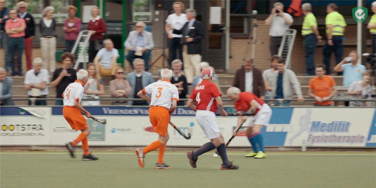 91af3f04edb 80-jarigen spelen historische interland Nederland - Engeland - Hockey.nl