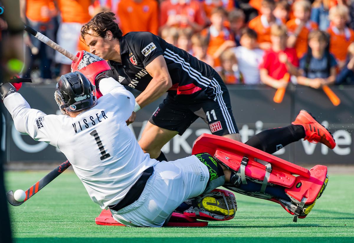 BLOEMENDAAL - Boris Burkhardt (Adam) ziet zijn shoot out gestopt worden door keeper Maurits Visser (Bldaal) tijdens de play-offs hoofdklasse heren , Bloemendaal-Amsterdam (1-1) . Bloemendaal wint na shoot outs en plaatst zich voor de finale. ANP KOEN SUYK
