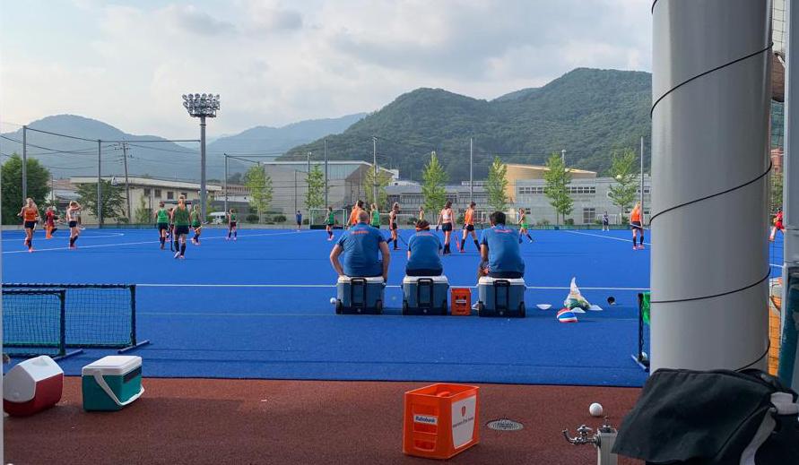 Oranje Dames op het trainingsveld in Kofu