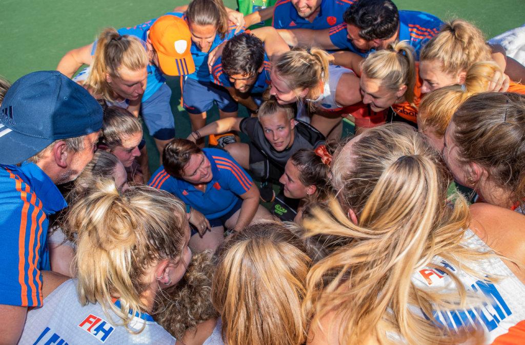 Oranje Dames Pro League huddle (KS)