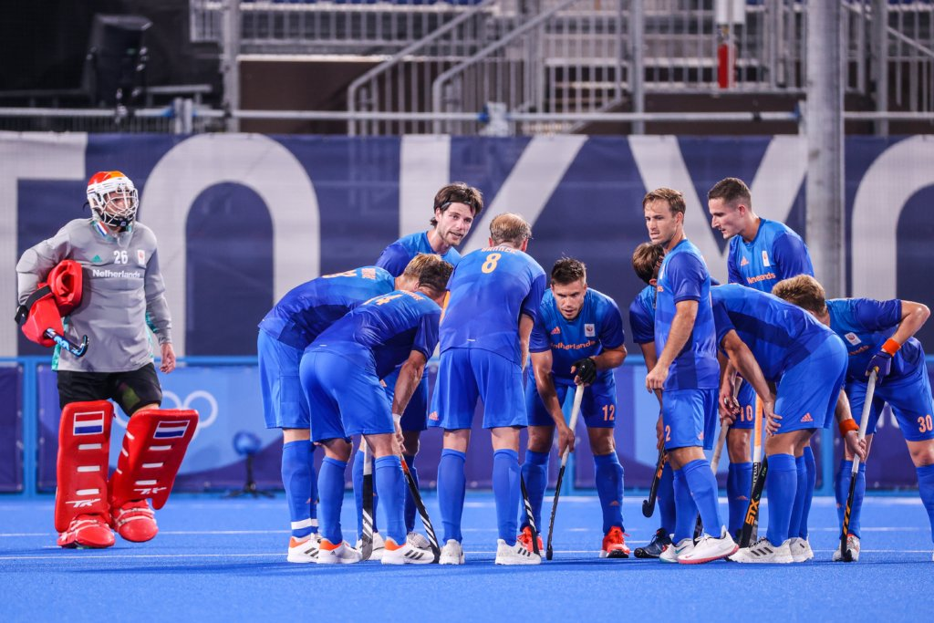 The players of the Netherlands huddle together after the 3-0 deficit.Photo: Koen Suyko